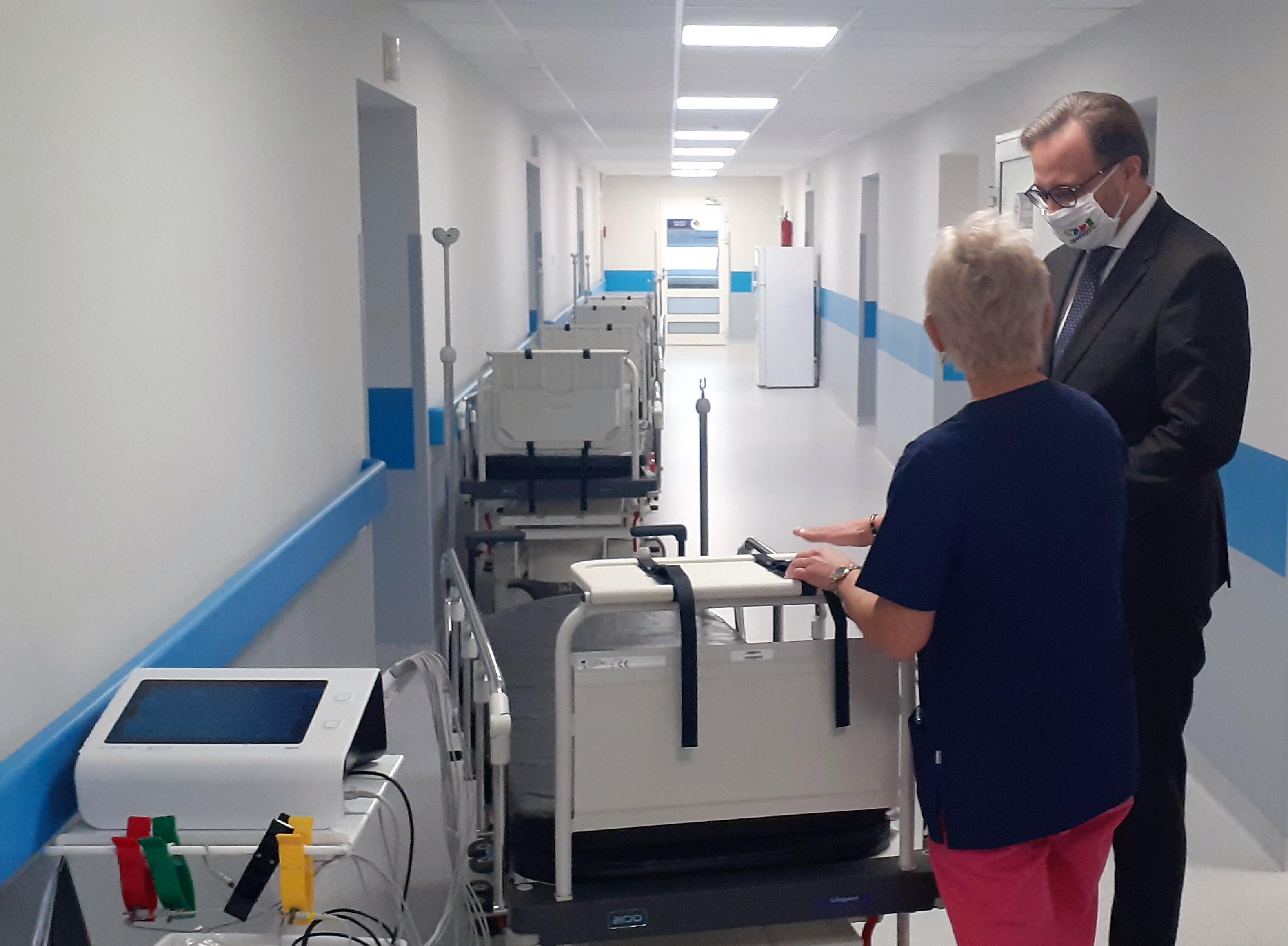 Prezydent Zawiercia przekazuje szpitalowi wózki transportowe
